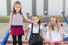 Brincadeira alegre da idade escolar na escola do campo de jogos imagens de stock royalty free