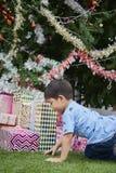 Brincadeira asiática com árvore de Natal e as caixas atuais imagens de stock royalty free
