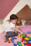 Brincadeira: Brinquedos, blocos de apartamentos e barraca da tenda Imagem de Stock
