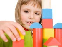 Brincadeiras com blocos do brinquedo Fotografia de Stock Royalty Free