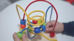 Brincadeiras com um brinquedo multi-colorido Feche acima das mãos filme