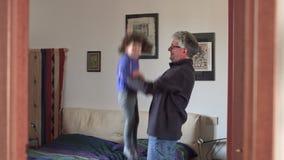 Brincadeiras que saltam na cama com paizinho SF vídeos de arquivo
