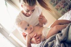 Brincalhão com mamã Bebê pequeno Imagens de Stock Royalty Free