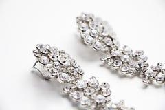 Brincos de prata com as gemas no fundo branco Fotografia de Stock Royalty Free