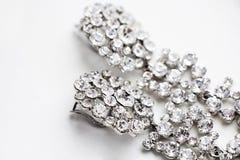 Brincos de prata com as gemas no fundo branco Imagens de Stock