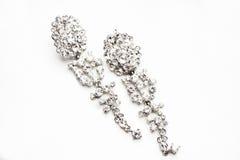 Brincos de prata com as gemas no fundo branco Fotografia de Stock