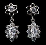 Brincos de prata com diamantes fotografia de stock royalty free
