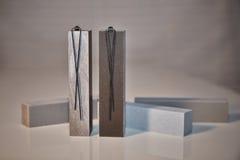 Brincos de prata em torres do granit Fotos de Stock Royalty Free