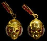 Brincos do crânio do ouro da joia com diamante e as gemas vermelhas do rubi Fotos de Stock