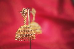 Brincos tradicionais indianos do ouro com Gem Stones imagens de stock