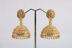 Brincos tradicionais indianos do ouro com Gem Stones foto de stock royalty free