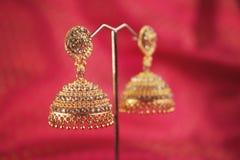 Brincos tradicionais indianos do ouro com Gem Stones fotos de stock