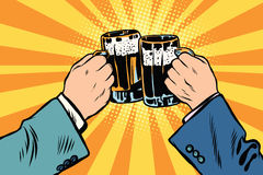 Brindando o cartaz do partido da cerveja das mãos Imagens de Stock Royalty Free