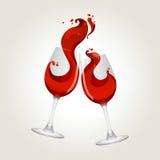 Brindando vidros de vinho vermelho do gesto dois Imagem de Stock