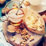 Brinde útil Honey Walnuts Chopping Board Toned do café da manhã fotografia de stock