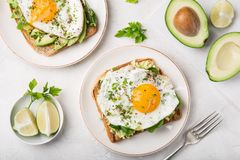 Brinde com abacate, espinafres e ovo frito foto de stock royalty free
