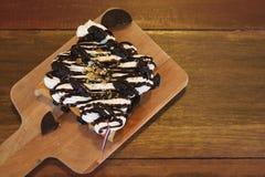 Brinde com gelado, chantiliy em uma tabela de madeira Imagens de Stock Royalty Free