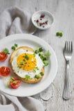 Brinde com ovo em uma placa branca imagem de stock royalty free