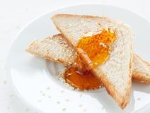 Brinde com sésamo e mel na placa branca Foto de Stock Royalty Free