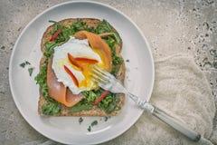 Brinde com salmão fumado, ovo escalfado e couve verde imagens de stock royalty free