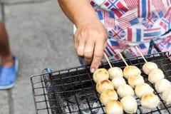 Brinde da almôndega da carne de porco da grade do vendedor na grade Imagem de Stock
