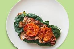 Brinde delicioso e nutritivo ou sanduíche com bacon, espinafres e tomates Alimento saboroso Foto de Stock