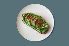 Brinde delicioso e nutritivo ou sanduíche do vegetariano com abacate e guacamole em um estilo mínimo Alimento saudável Um útil Imagem de Stock Royalty Free