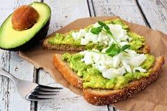 Brinde do abacate com claras de ovos e tiros da ervilha Imagens de Stock Royalty Free