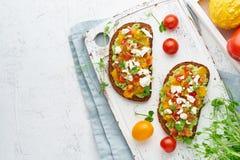 Brinde do abacate com feta e tomates, smorrebrod com ricota, vista superior com espaço da cópia foto de stock royalty free