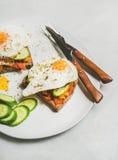 Brinde do café da manhã com vegetais e ovo frito na placa branca fotografia de stock royalty free