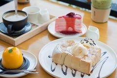 Brinde do mel com gelado de baunilha, chantiliy Imagens de Stock