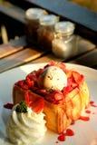 Brinde do mel da sobremesa com gelado e morango pelo tempo doce romântico no dia do ` s do Valentim Fotos de Stock