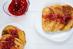 Brinde do pão caseiro com doce da baga em um fundo branco Imagens de Stock Royalty Free