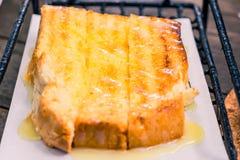 Brinde do p?o com manteiga e leite condensado na placa imagem de stock