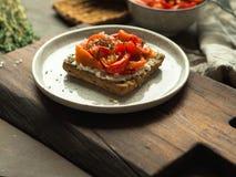 Brinde do vegetariano com pimenta e queijo creme cozidos Imagens de Stock Royalty Free