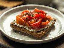 Brinde do vegetariano com pimenta e queijo creme cozidos Imagem de Stock