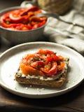 Brinde do vegetariano com pimenta e queijo creme cozidos Fotografia de Stock