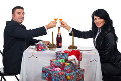Brinde dos pares com champanhe no jantar do Natal Fotos de Stock