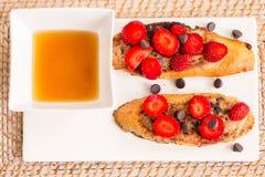 Brinde francês com morangos foto de stock
