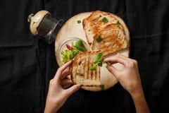 Brinde fritado com uma lata da pasta em uma bandeja de madeira foto de stock royalty free