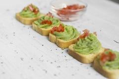 Brinde, guacamole e tomate Imagem de Stock