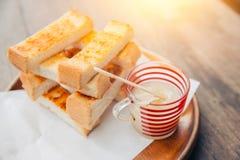 Brinde o pão branco cortado com leite condensado do doce imagens de stock