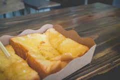 Brinde o pão com leite condensado abrandado na tabela de madeira fotos de stock