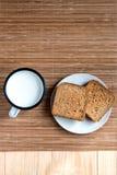 Brinde o pão e o Tin Mug do leite foto de stock