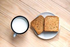 Brinde o p?o e o Tin Mug do leite imagem de stock royalty free