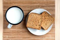 Brinde o p?o e o Tin Mug do leite fotografia de stock royalty free