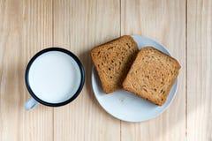Brinde o p?o e o Tin Mug do leite imagens de stock