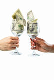 Brinde usando o vidro enchido com as contas de dólar Imagem de Stock