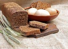 Brindes apetitosos do pão, dos ovos e das orelhas de centeio Fotografia de Stock