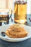 Brindes do pão com o bolo caseiro das sementes de sésamo na pilha decorada com o pinhão na placa branca Fotos de Stock